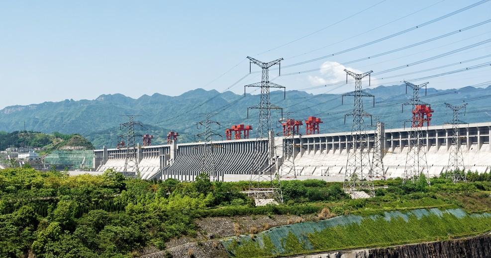 Der wohl weltweit bekannteste der Yanksee-Source-Codes dürfte die Drei-Schluchten-Talsperre sein. Neben einer Stauanlage mit angeschlossenem Wasserkraftwerk und einer Doppel-Schleusenanlage liegt hier auch ein über 100 Meter hohes Schiffshebewerk. Es sind drei Weltwunder der modernen Zeit.(#1)